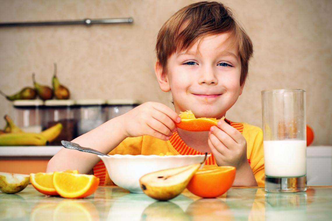 nino_comiendo_naranja